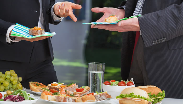 Opciones catering eventos: cocktail o sentados